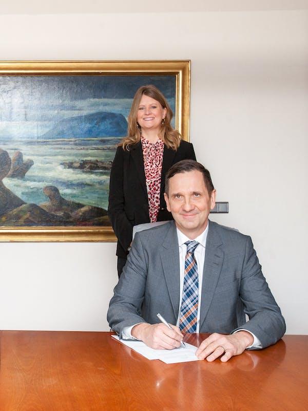 Signing the amendment to the power purchase contract are Hörður Arnarson, CEO of Landsvirkjun and Rannveig Rist, CEO of Rio Tinto Iceland.  Attending are Tinna Traustadóttir, Executive Vice President of Sales and Customer Services at Landsvirkjun and Sigurður Þór Ásgeirsson, CFO of Rio Tinto Iceland.