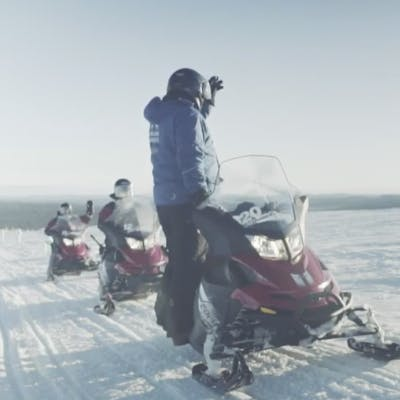 Cómo conducir una moto de nieve en Laponia