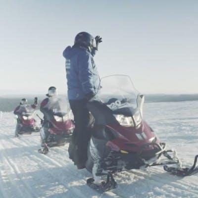 Comment conduire une motoneige en Laponie