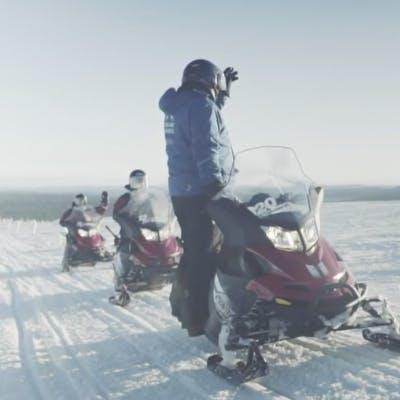 Anweisungen zum Schneemobilfahren in Lappland