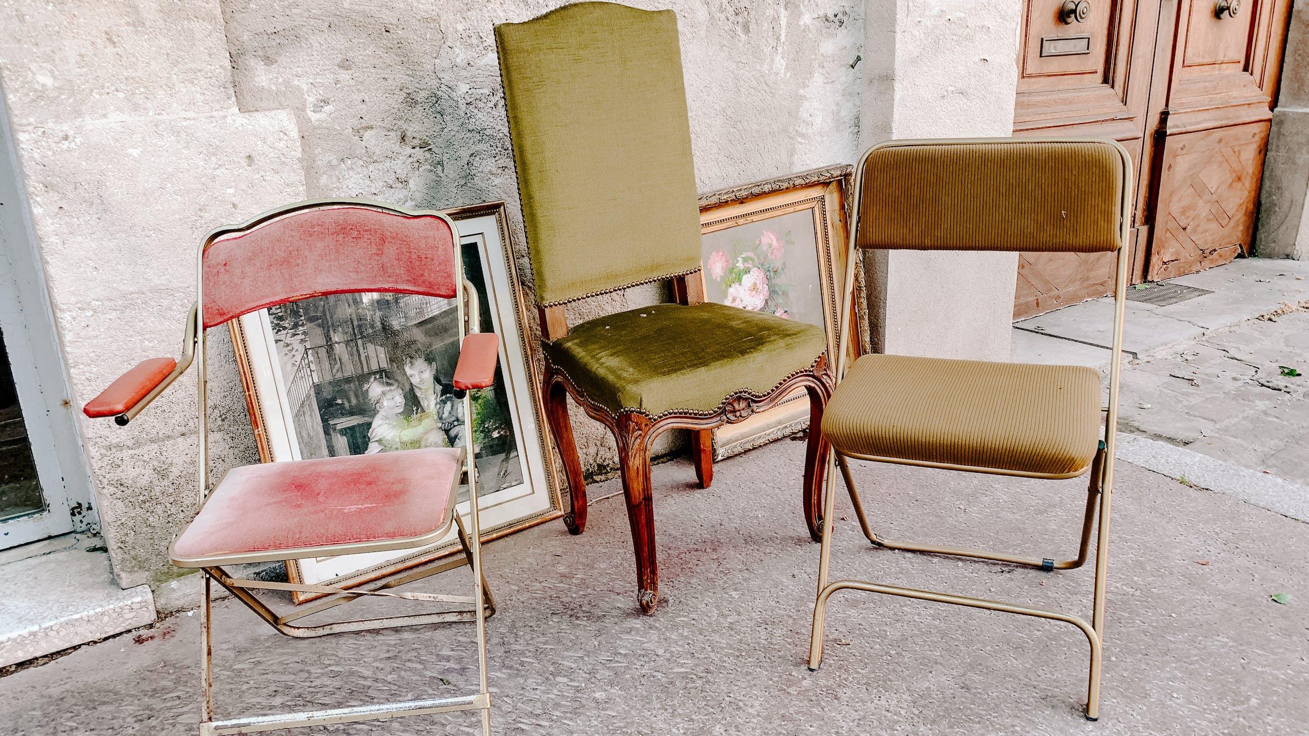 Une photo de fauteuils et de chaises vintage
