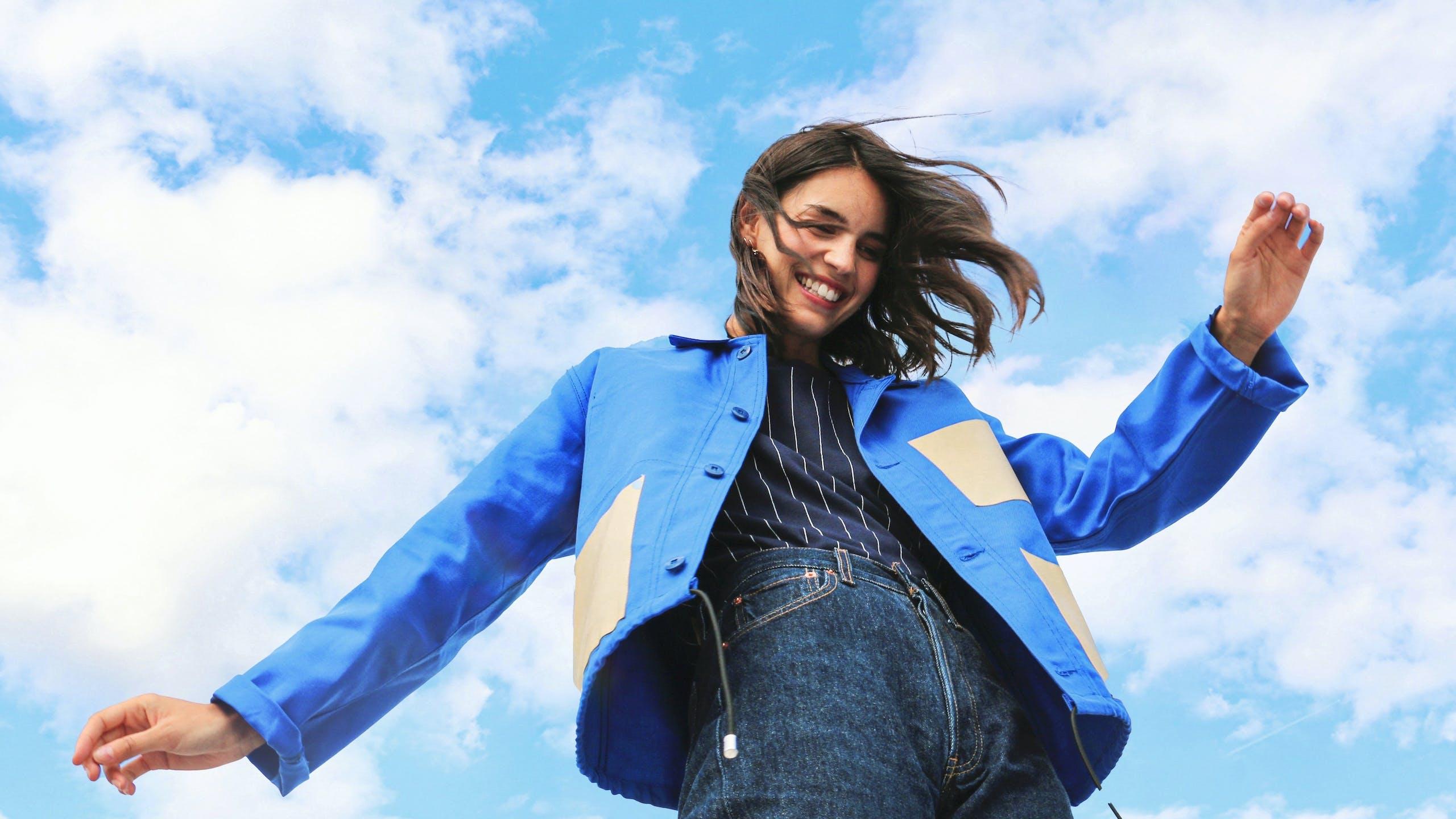 photo femme souriante ciel bleu