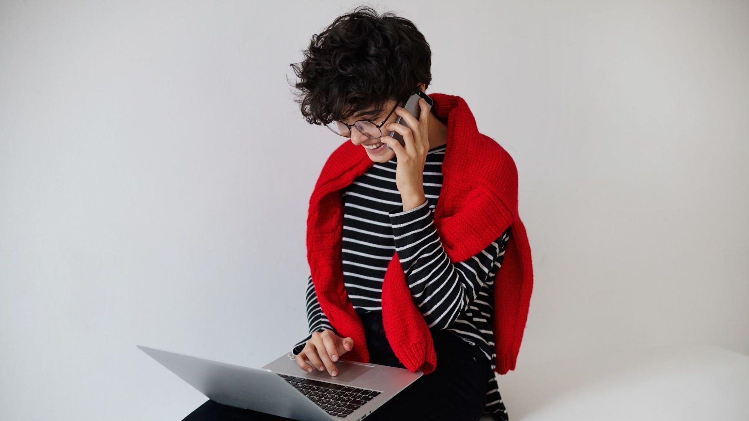 jeune fille avec un téléphone et un ordinateur