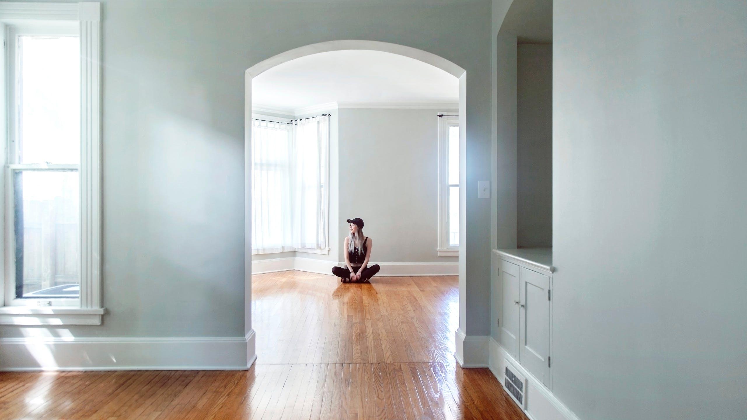femme seule dans un appartement vide