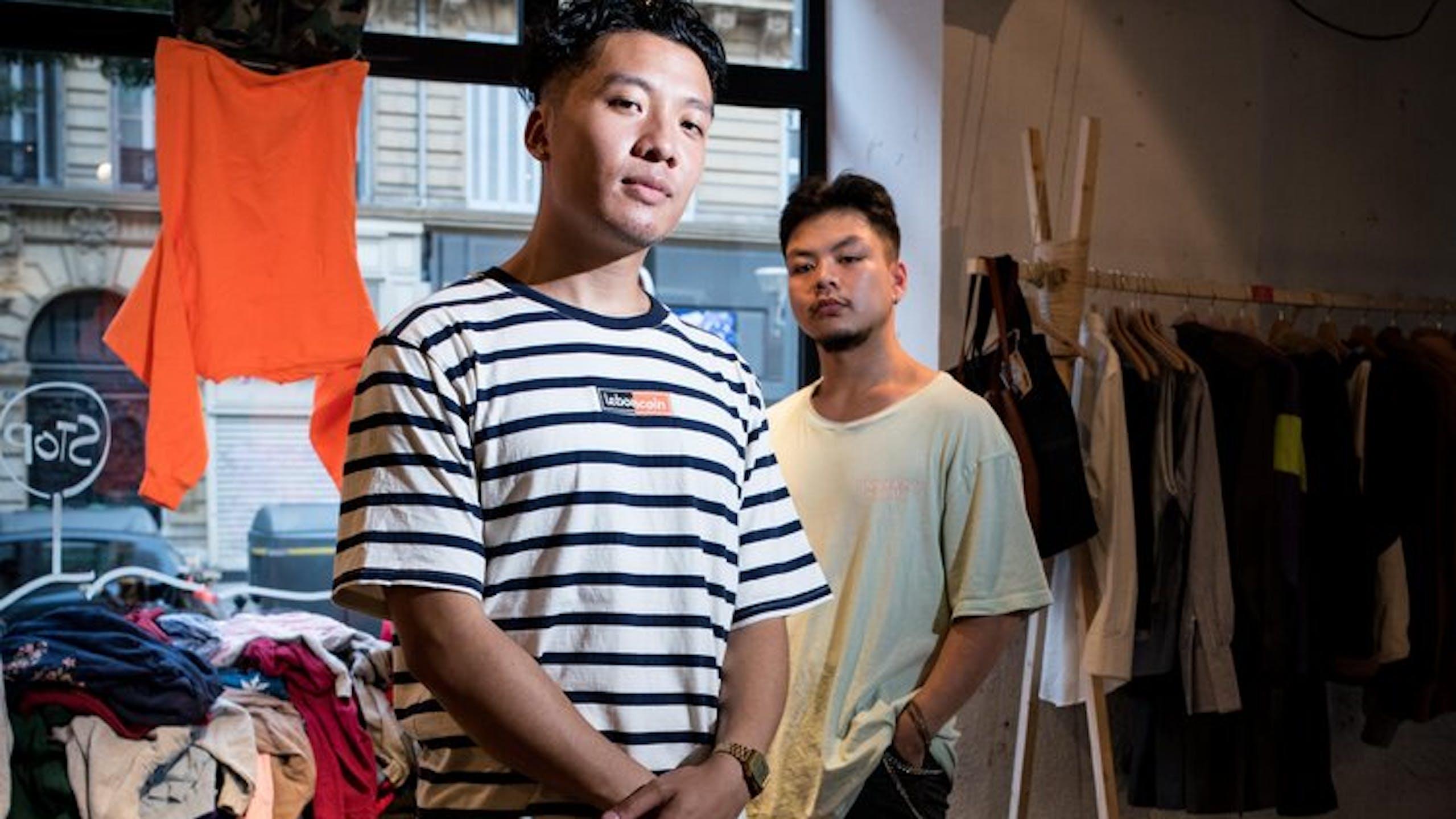 deux jeunes hommes dans une friperie