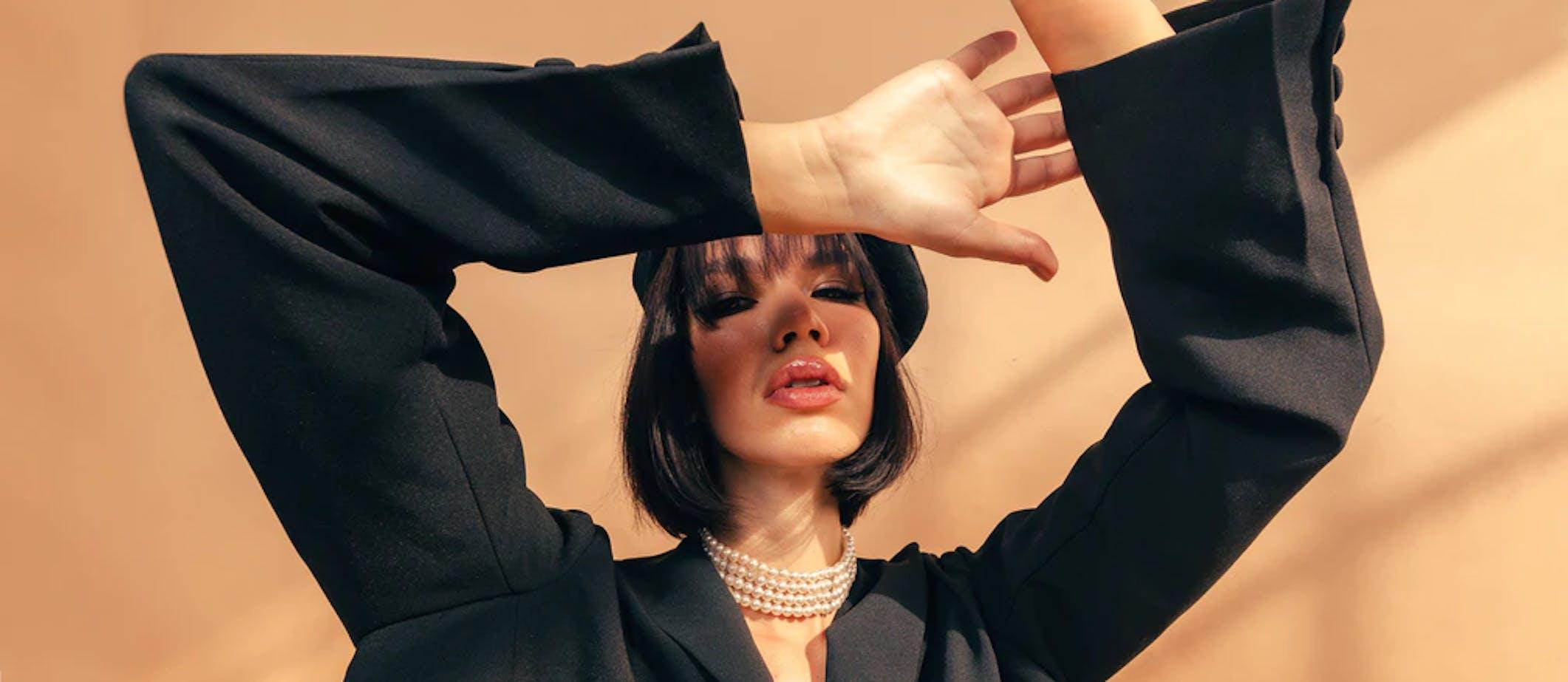 femme tenue noire retro chic
