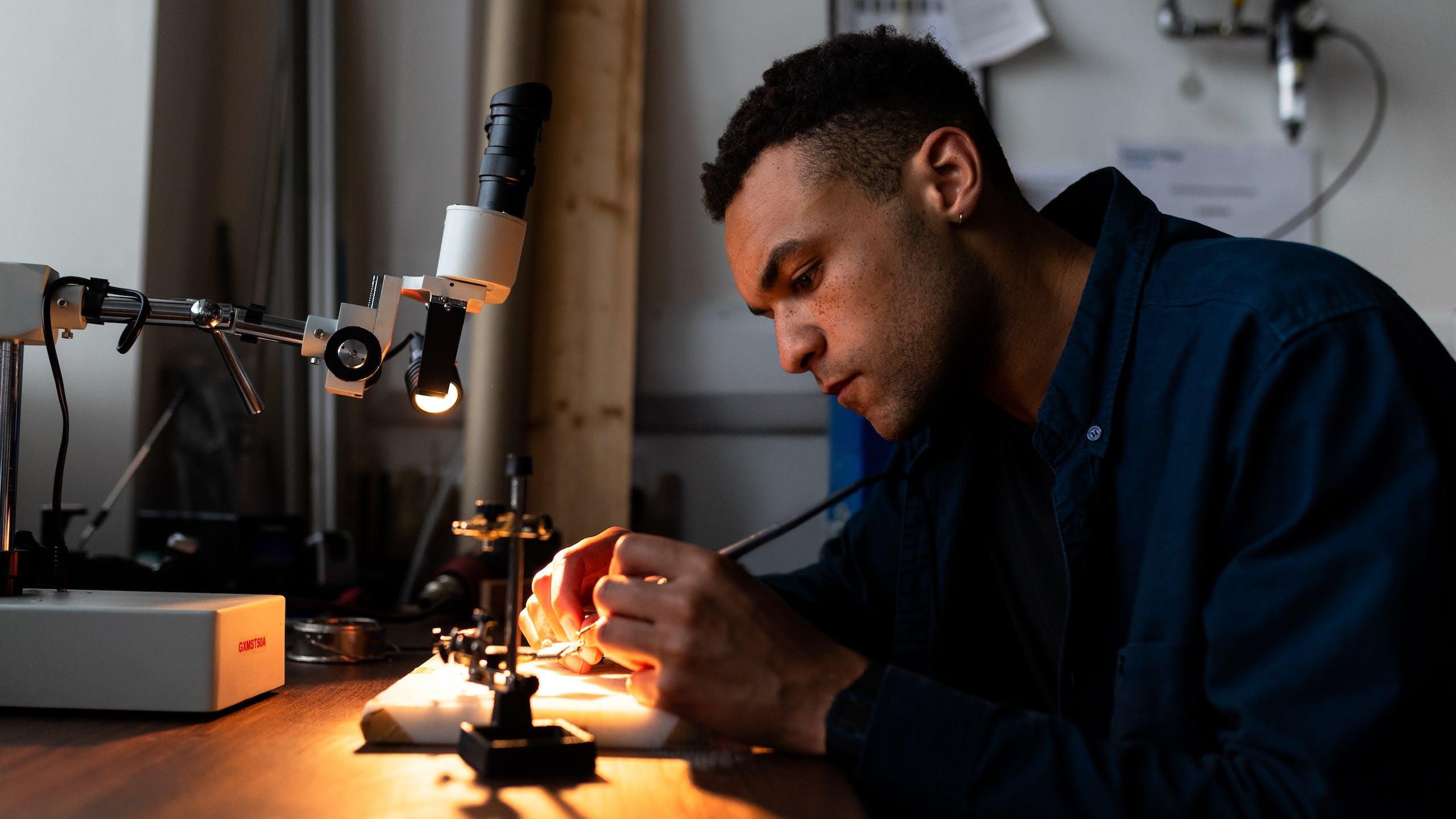 artisan faisant du travail de précision