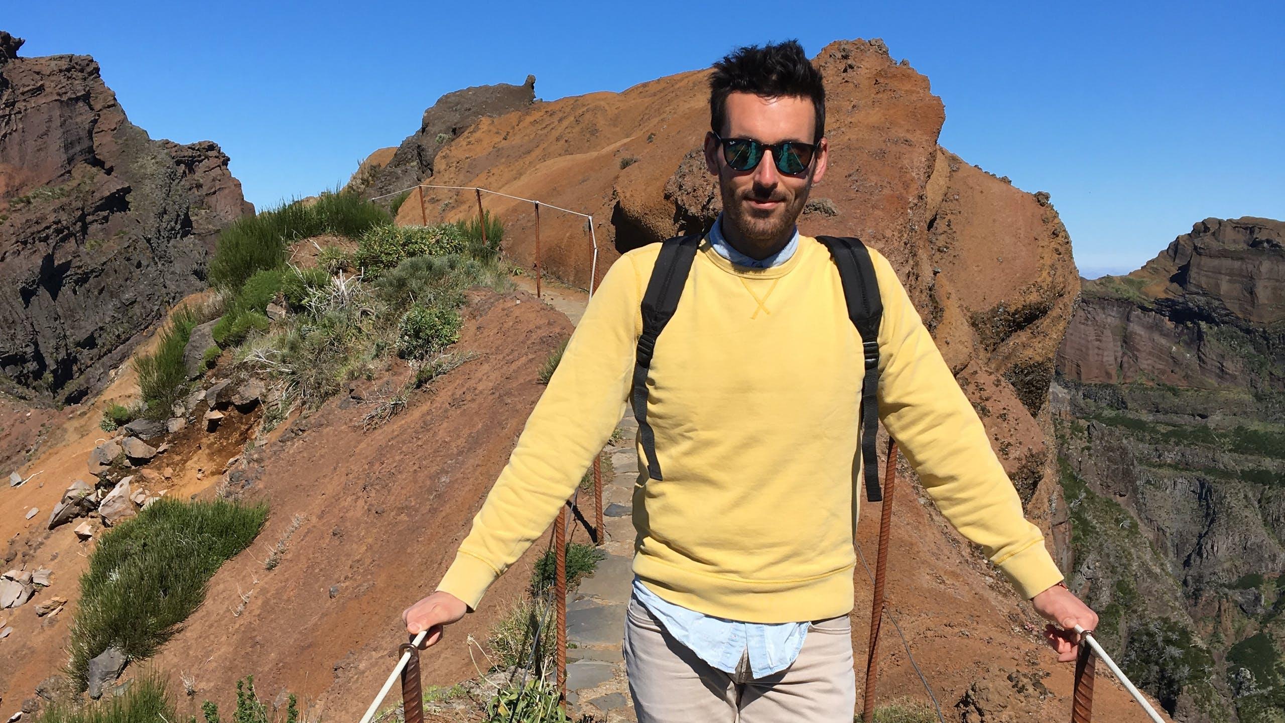 Photo d'un homme paysage rocheux