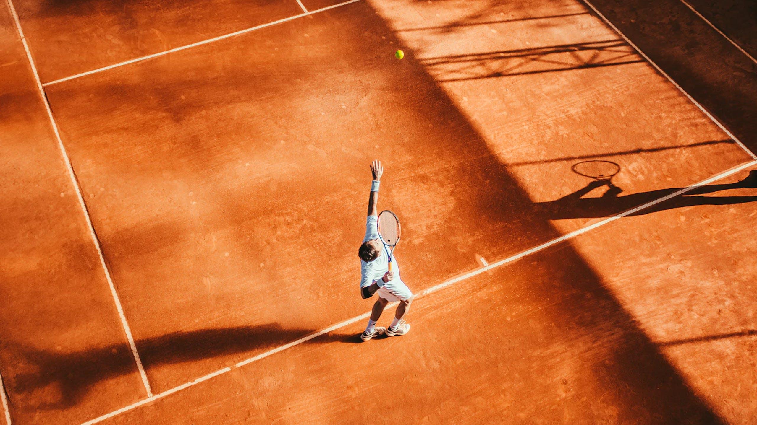 service d'un joueur de tennis
