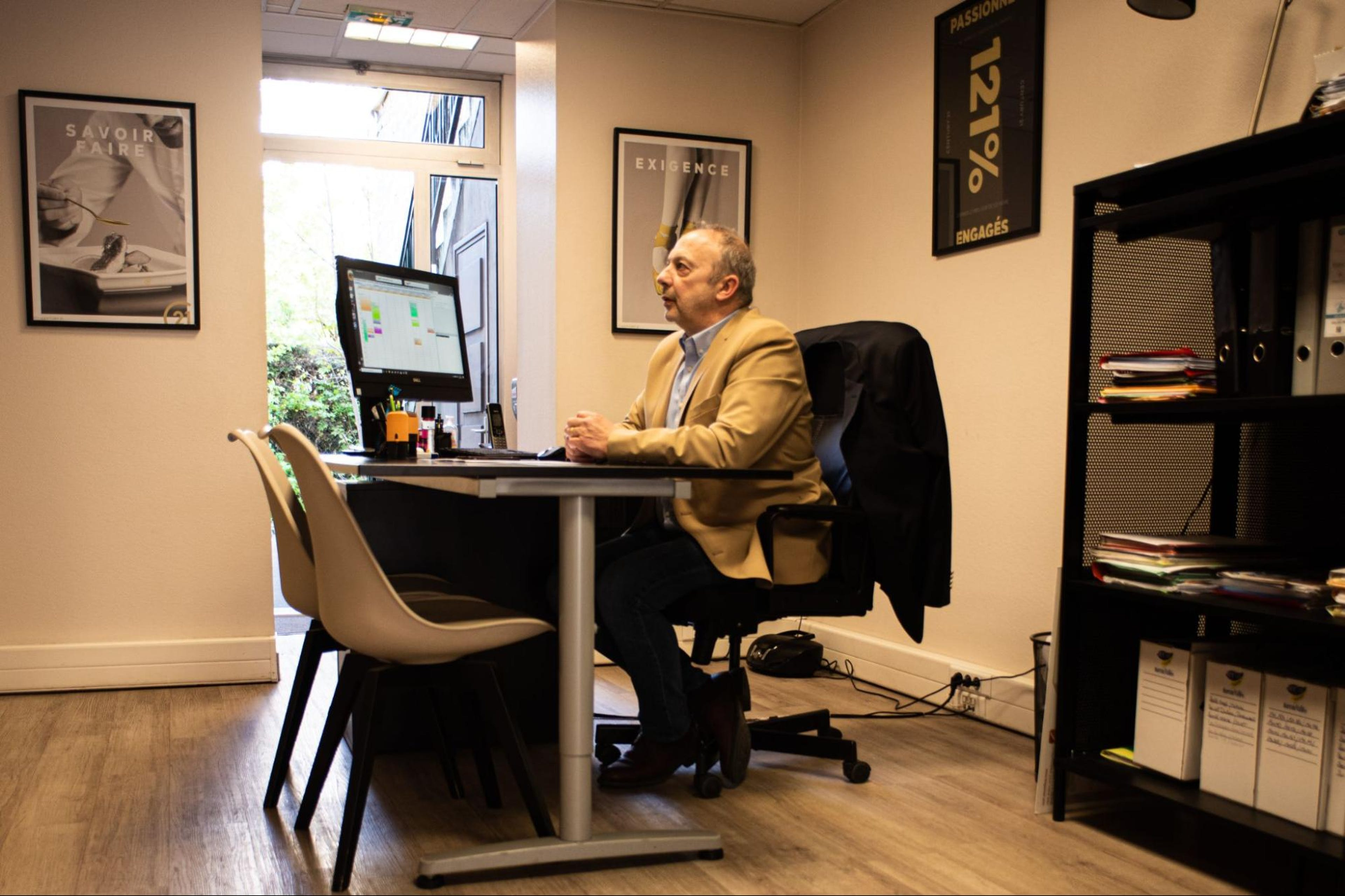 Herve à son bureau