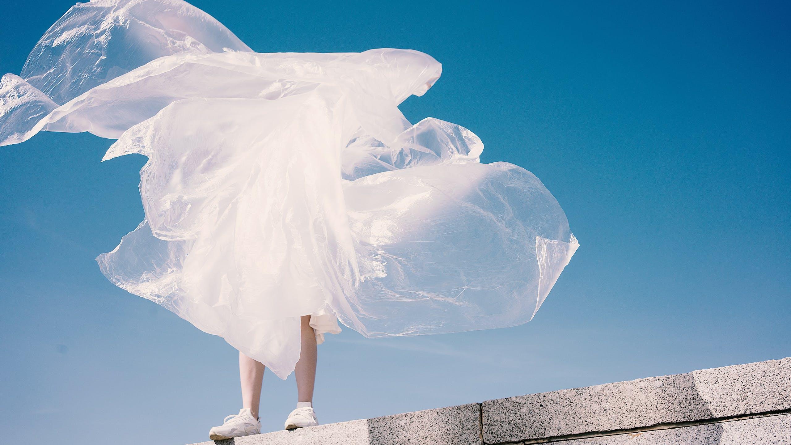Silhouette avec une robe en matériaux recyclés