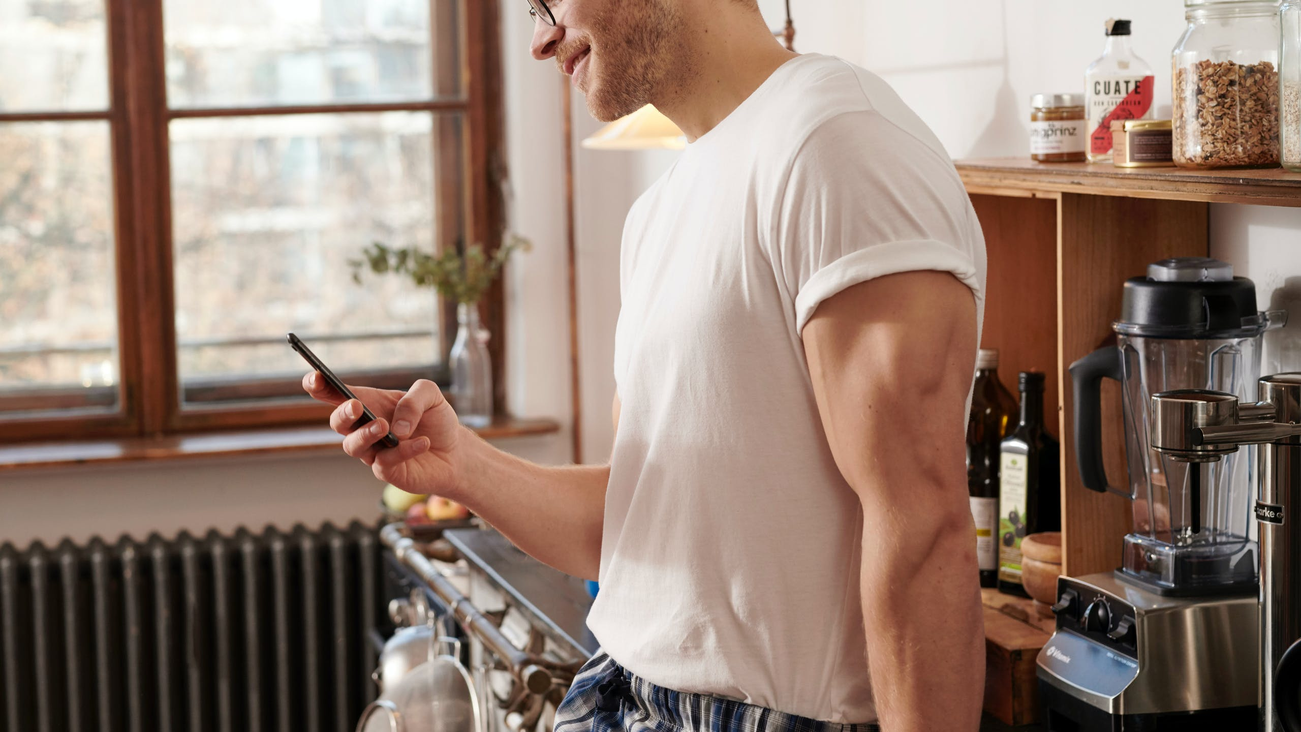 Jeune homme tenant un téléphone