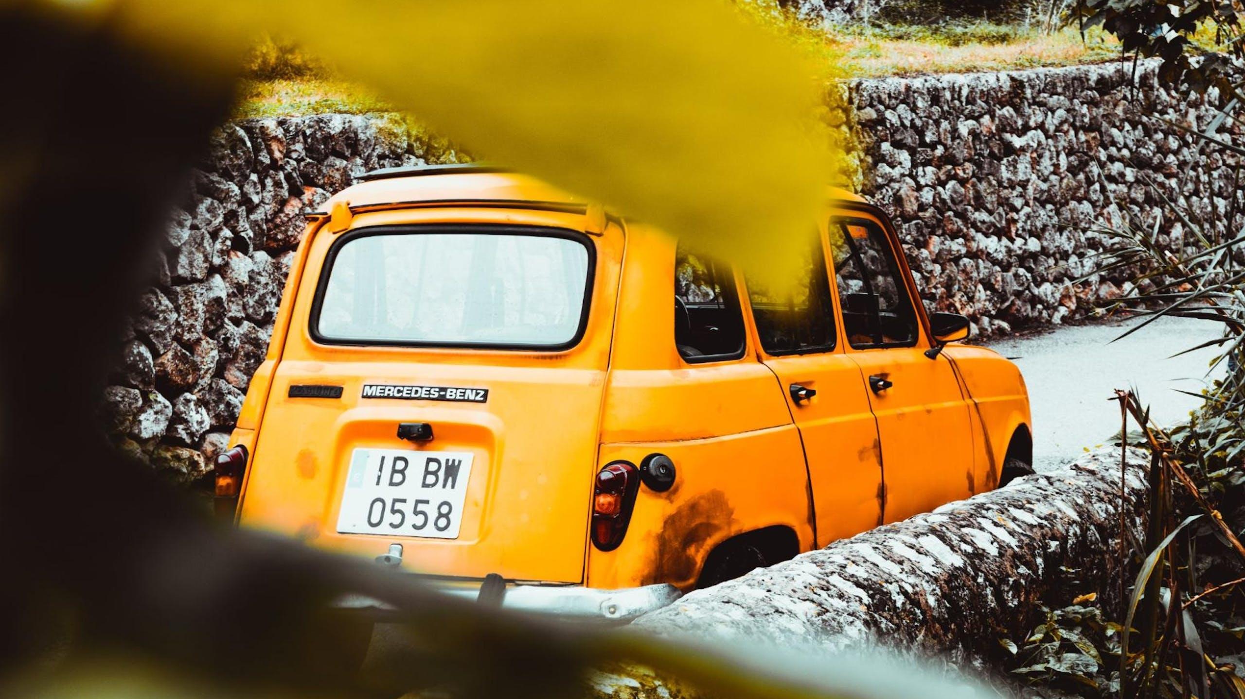 voiture vintage jaune oranger