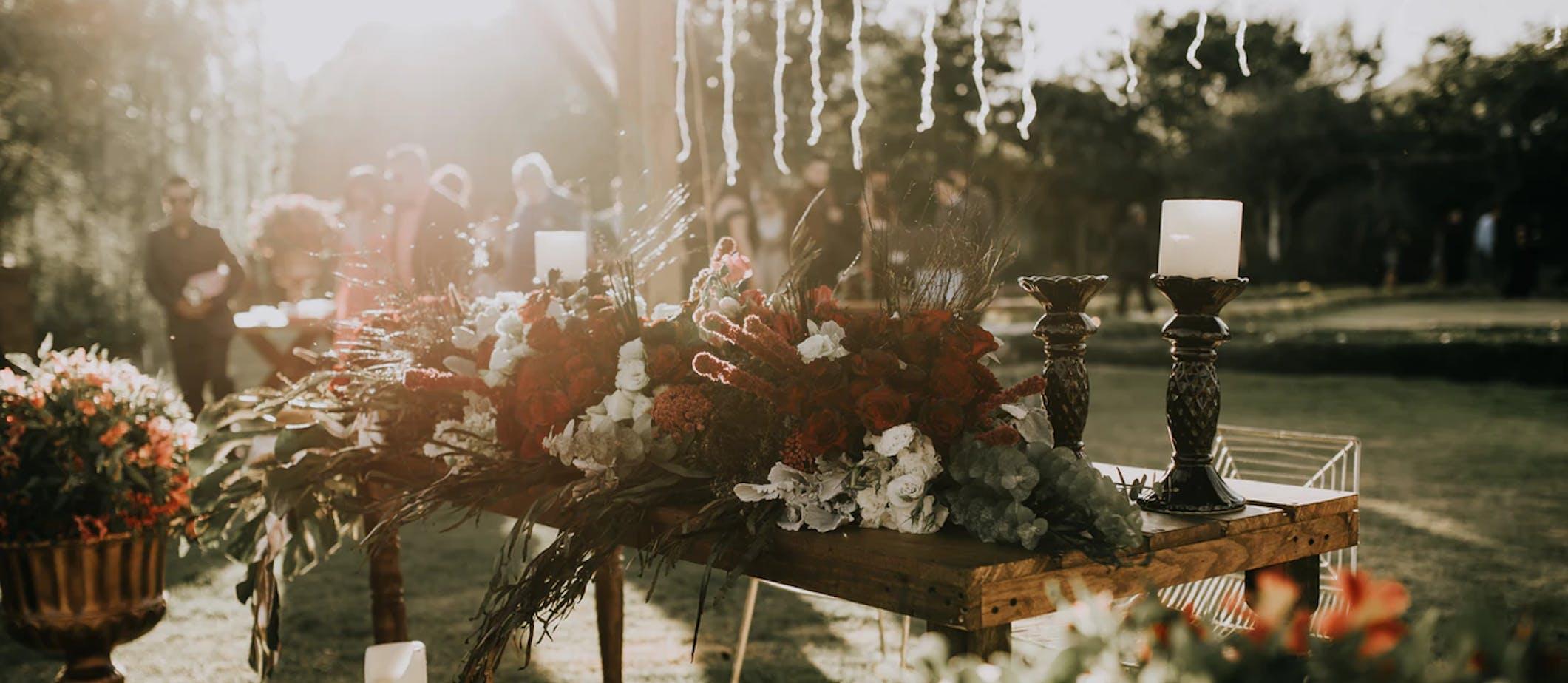 table de mariage avec décorations fleuries