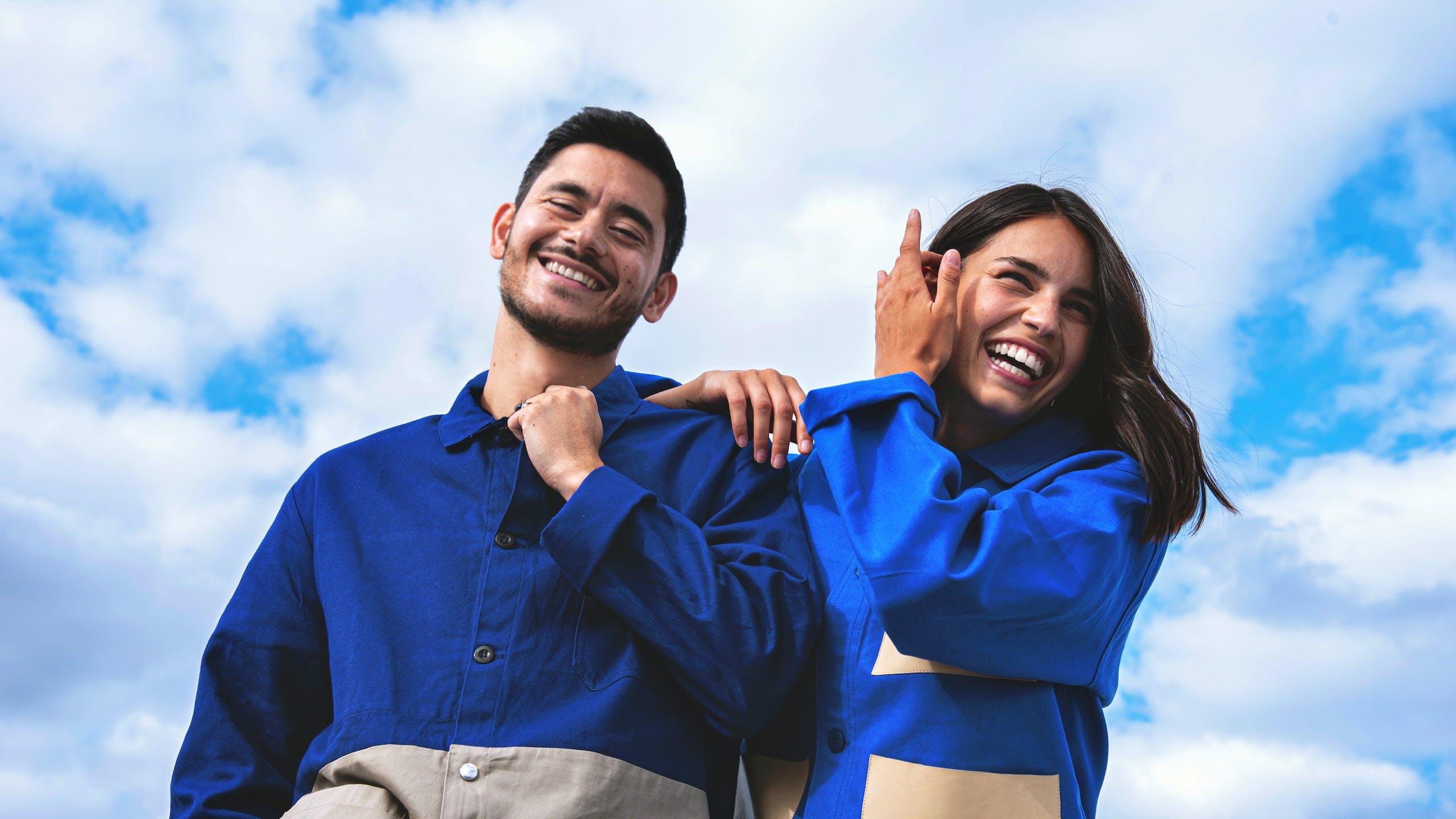 photo d'une femme et d'un homme souriant devant ciel bleu