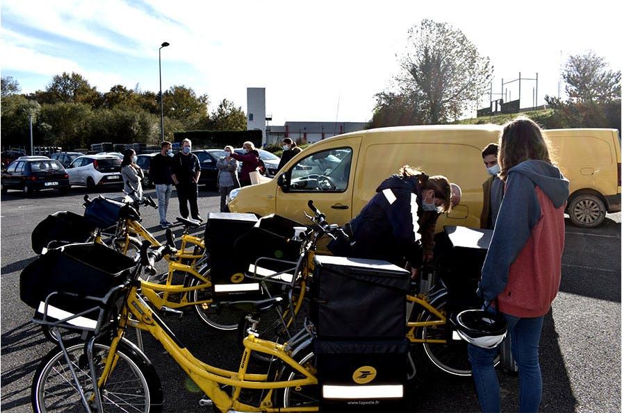 La prise en main des véhicules de distribution fait partie des ateliers proposés lors de la formation