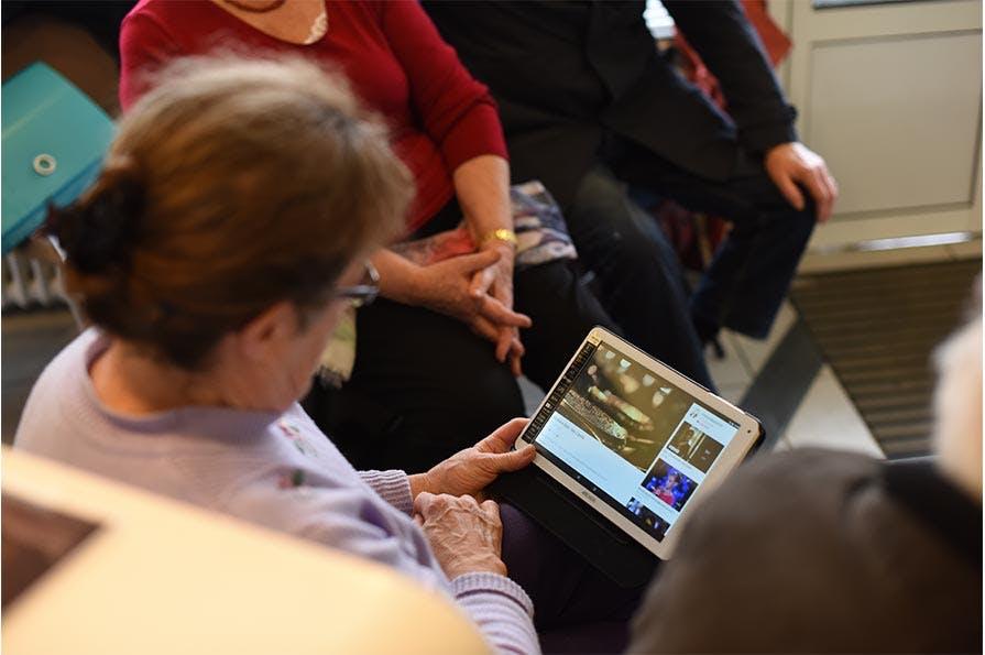 Les seniors découvrent, testent et utilisent la tablette Ardoiz