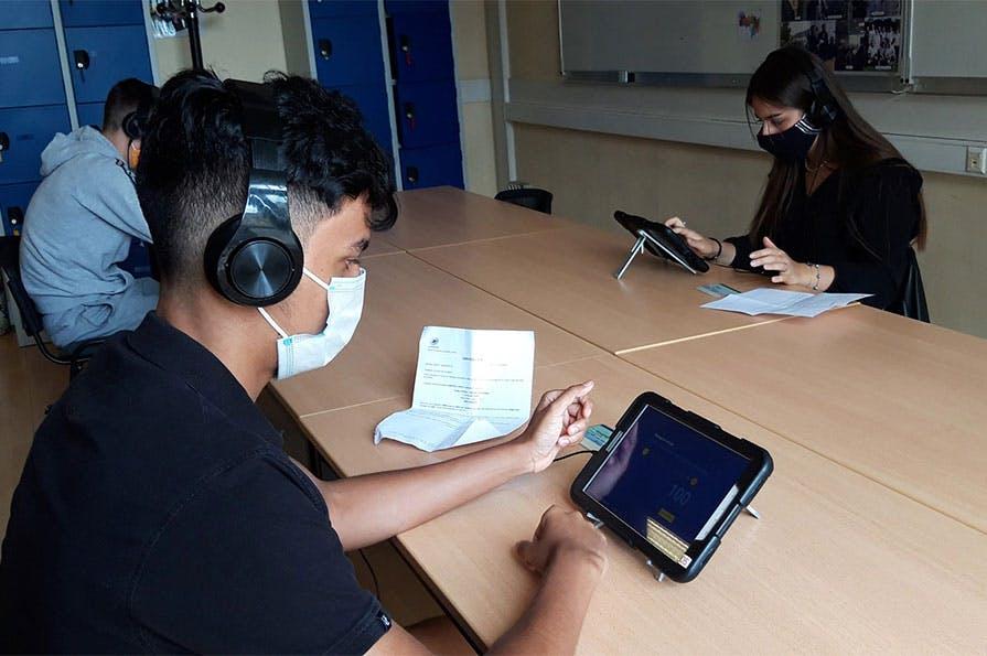 Les candidats et les auto-écoles peuvent profiter des centres d'examens La Poste pour passer leur code de la route