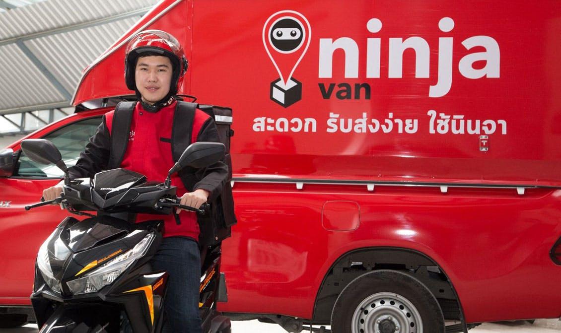 Un véhicule Ninja Van et un livreur en scooter