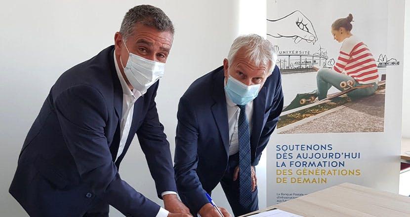 Christian ABBES, Directeur général de la coopérative La Maison Familiale de Provence et Stéphane ALESSANDRONI, Directeur Entreprises et Développement des Territoires de La Banque Postale, signant la convention de prêt le 20 octobre 2020.