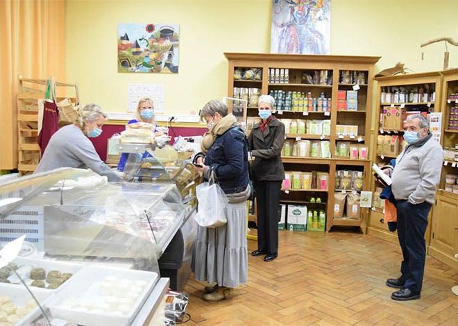 Le Cerf à 3 pattes est un tiers lieu rural composé notamment d'une partie boutique avec des produits frais et locaux.