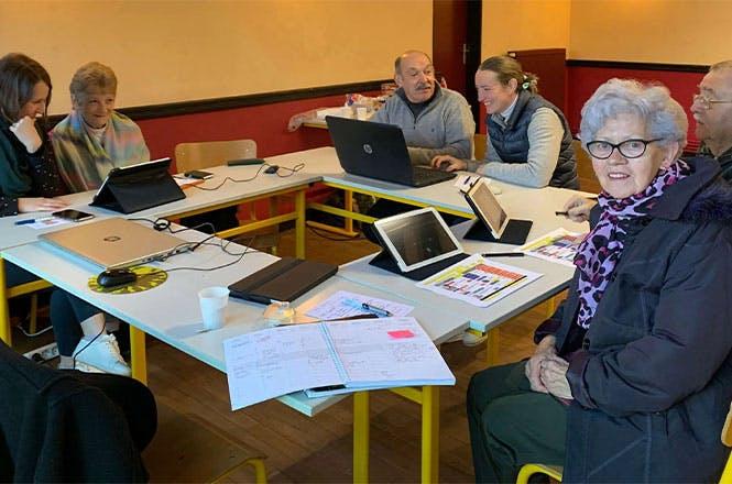 Les ateliers numériques réunissent des populations de toute génération (photo prise en janvier 2020, avant les mesures de distanciation)