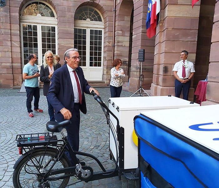 Photo de Roland Ries, maire de Strasbourg, qui teste les moyens de livraison innovants de La Poste.