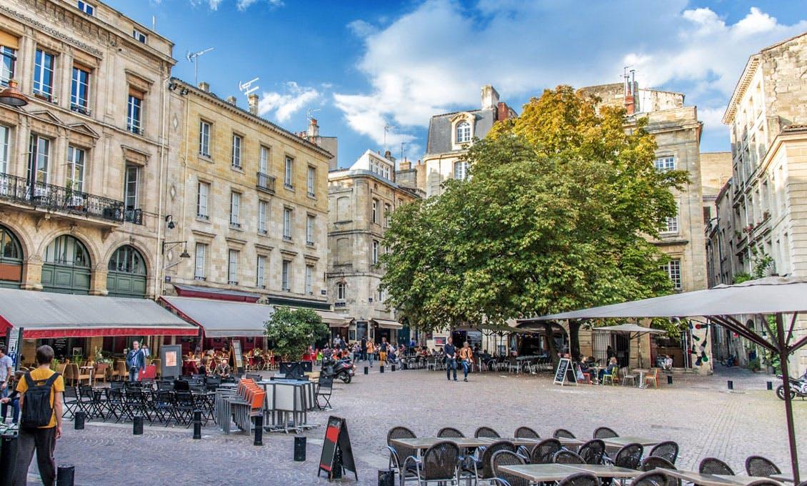Photo d'une place animée au cœur d'un centre-ville