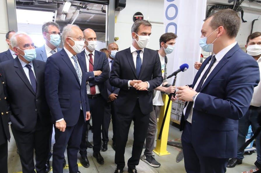 Olivier Véran Ministre des solidarités et de la santé et Philippe Wahl Président-directeur général du Groupe La Poste en visite au centre logistique Docaposte de Buc.