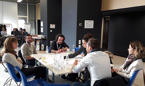 Photo avec l'une des équipes du Créathon organisé par La Poste.