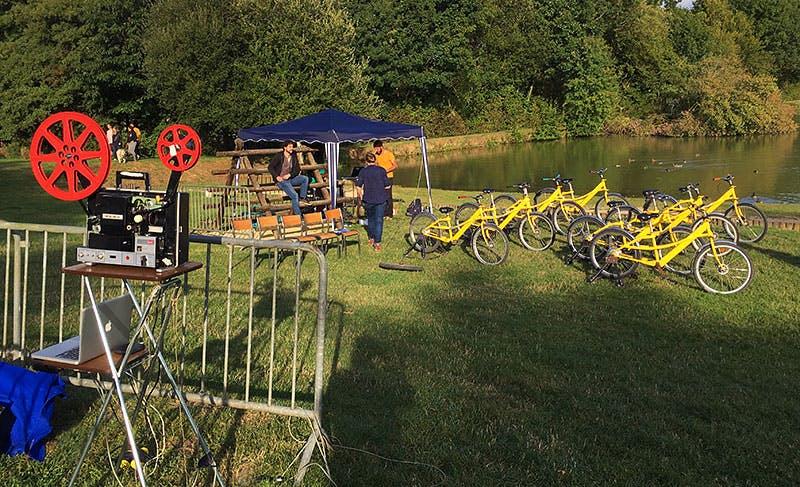 Photo des préparatifs pour une projection sur la base de loisirs du Locheur dans le Calvados.