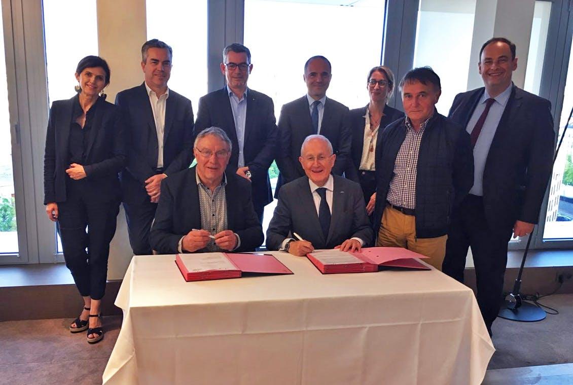 Photo de la signature de la convention de partenariat 2019 entre La Poste et l'AMRF.