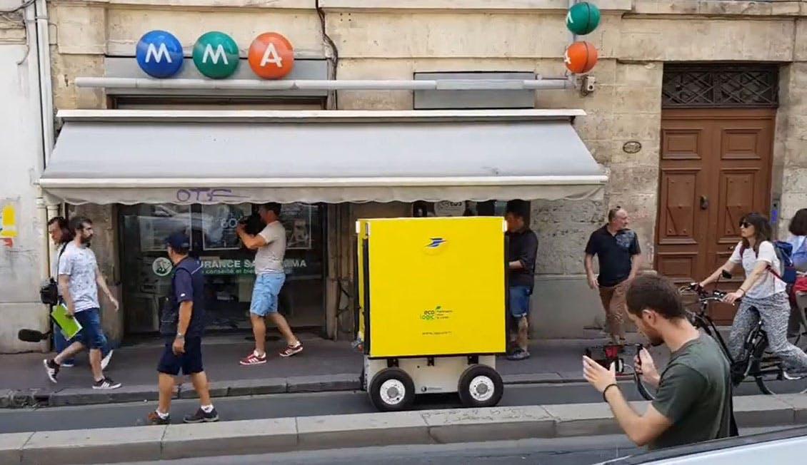 Photo du chariot qui suit le facteur dans le quartier de l'Ecusson à Montpellier