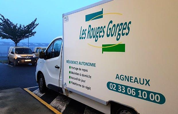Photo du véhicule frigorifique de livraison de repas de l'établissement d'hébergement pour personnes âgées