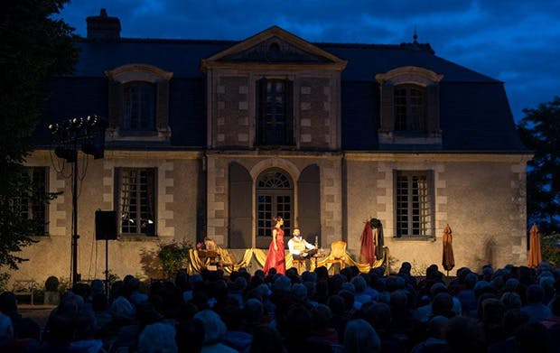 A play at night during the festival Val de Luynes
