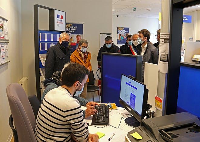 Pour réaliser des démarches administratives en ligne, un îlot numérique composé d'une connexion Internet, un scanner, une imprimante et un ordinateur sont à la disposition des habitants de Benêt