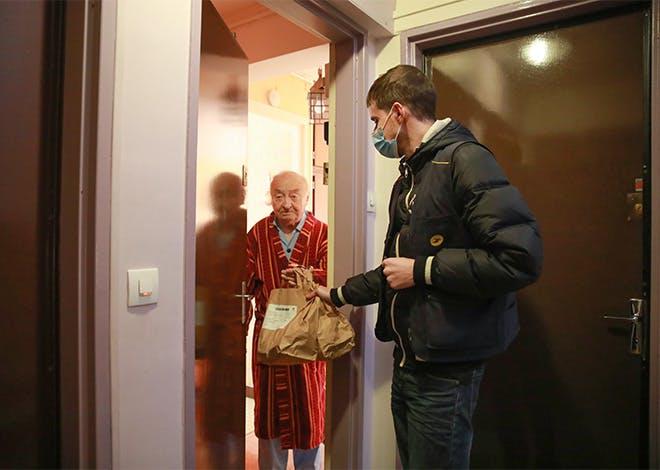 Depuis 2017, La Poste permet aux personnes âgées de se faire livrer leurs repas à domicile par le facteur