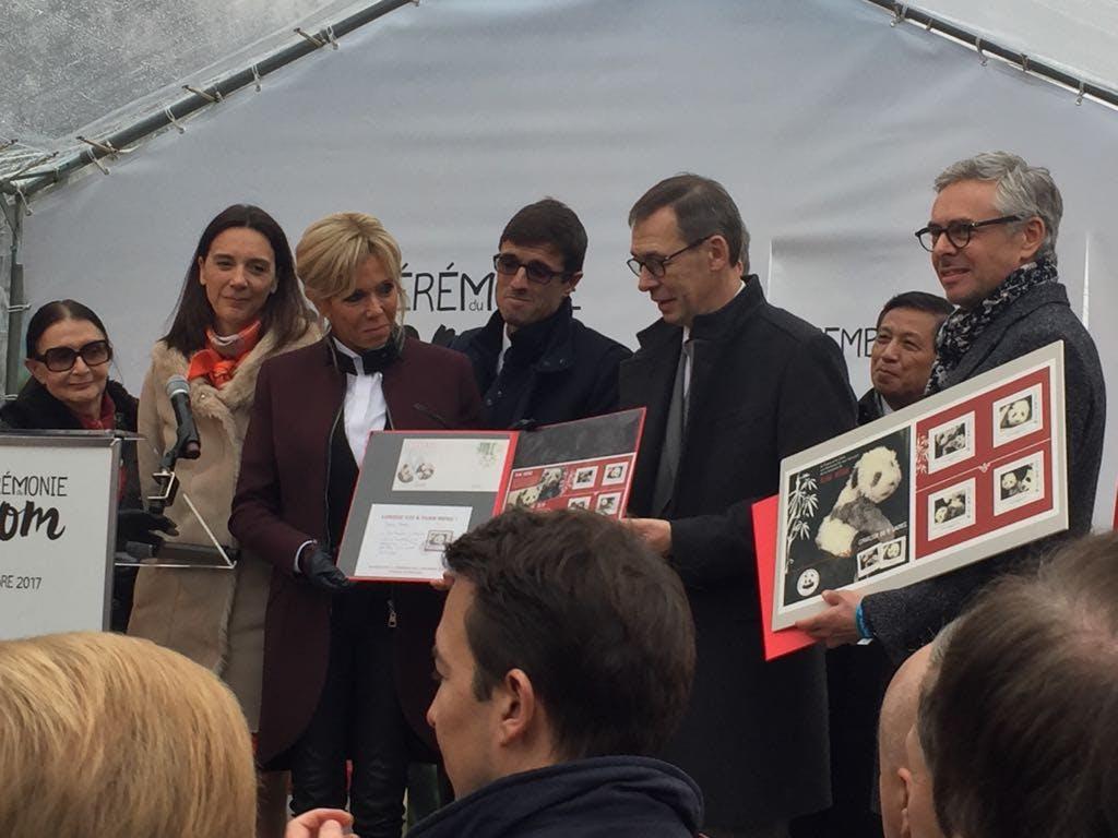 L'inauguration du timbre à l'effigie de Yuang Meng par Brigitte Macron