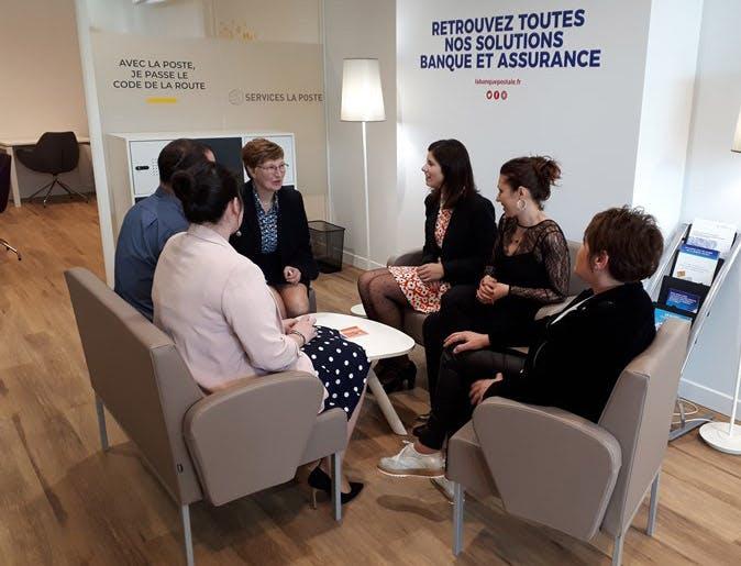 Photo de la deuxième zone de services : un espace de discussion.