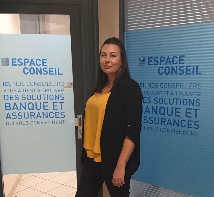 [photo] Morgane dans son environnement de travail, le bureau de poste de Rennes Saint-Cyr.