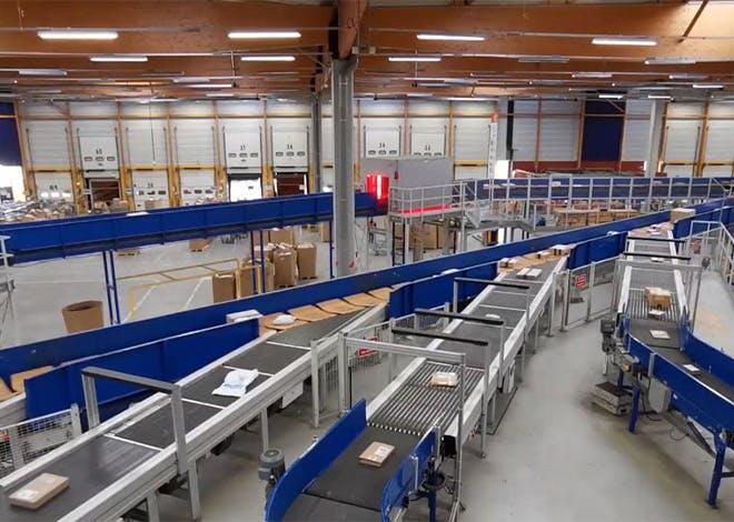 La Poste soutient les e-commerçants en assurant la remise de colis 6 jours sur 7 grâce à son réseau de facteurs, ses bureaux de poste et  points d'accès