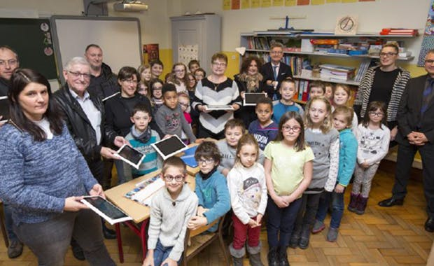 The 29 students of the Muhlbach-sur-Munster elementary school immediately took charge of the SQOOL educational tablets, distributed by La Poste