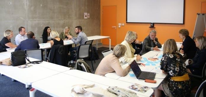 Les postiers et acteurs de l'ESS, lors d'une séance de travail dédié à l'inclusion numérique.