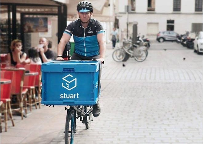Stuart, filiale de La Poste, partenaire à Bordeaux de 154 coursiers indépendants à vélo, propose une alternative de livraison plus rapide et plus écologique.