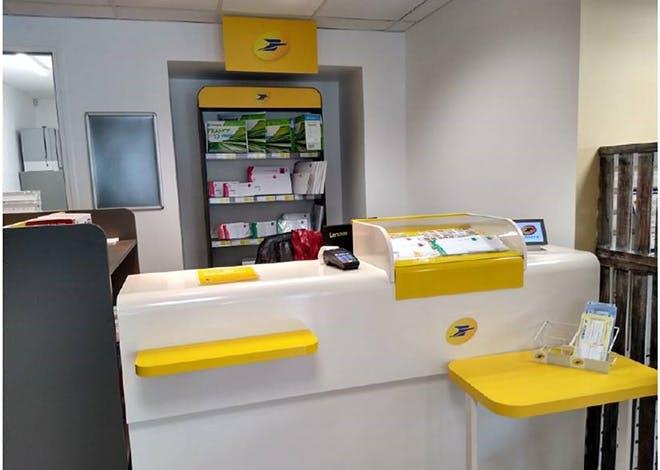 Depuis avril 2021, un point de services La Poste Relais a ouvert ses portes au sein d'un établissement de travail protégé (ETP) à Saint-James, dans la Manche.