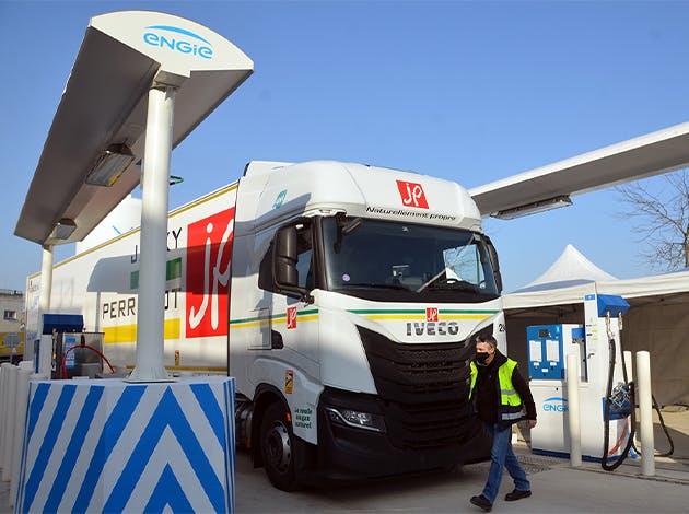 Acteur majeur du transport routier, Viapost a axé sa stratégie autour de deux objectifs : le recours privilégié à des camions de transporteurs partenaires roulant au GNV, et le déploiement de stations gaz sur des plateformes logistiques phares afin d'y faciliter une mobilité plus verte