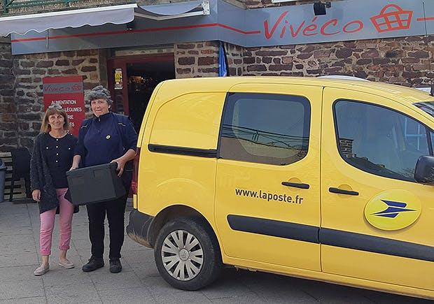 Photo avec Chantal Brimant, gérante du commerce Vivéco, et la factrice de la commune de Gaël, qui assure les livraisons du magasin lors de sa tournée.