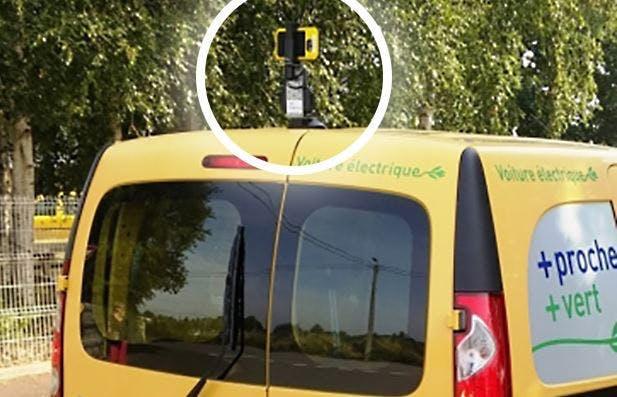 Les véhicules postaux sont équipés d'une caméra posée sur le toit et filment l'état de la voirie