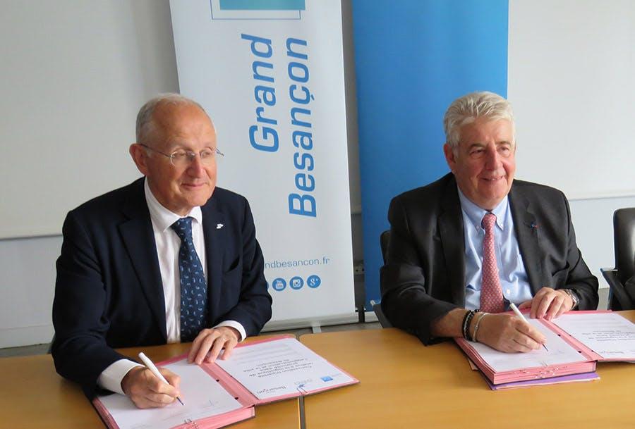 Photo de Philippe Wahl, PDG du Groupe La Poste, et Jean-Louis Fousseret, président du Grand Besançon, lors de la signature de la convention de partenariat.