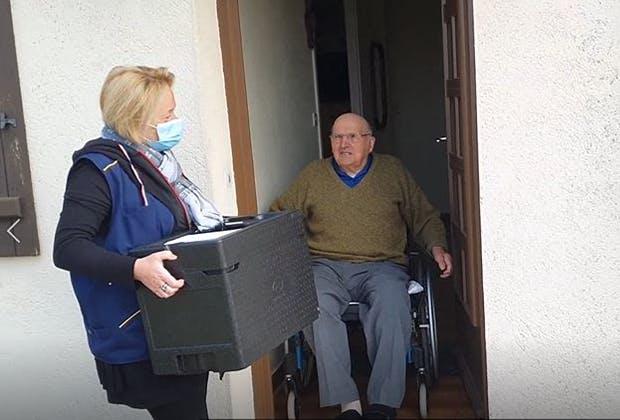 """un traiteur de Montval sur Loir """"Ô Saveurs de Bercé"""" propose à ses clients seniors un nouveau service : la livraison de repas à domicile par les facteurs."""